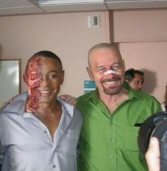 Creator Vince Gilligan, Giancarlo Esposito (Gus Fring) and Bryan Cranston (Walter White) on the set of Breaking Bad. Breaking Bad Saison 5, Serie Breaking Bad, Breaking Bad Seasons, Breaking Bad Tattoo, Aaron Paul, Bryan Cranston, Walter White, Best Tv Shows, Best Shows Ever