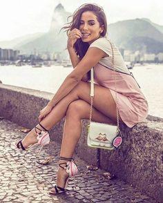 Anitta completa 24 anos como a rainha da internet e da polêmica