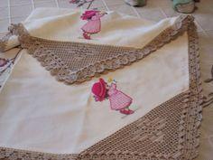 As toalhinhas rendadas ficam sempre bem para decorar a mesa da nossa sala. Esta é quadrada e os cantos são também feitos em renda. Esta é em redondo, com um croché bastante elegante.