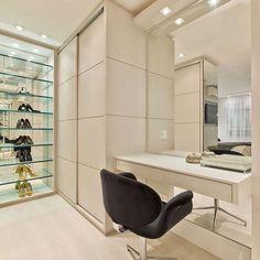 Eu super queria um closet assim para mim {} Super clean e com destaque total para a estante dos sapatos e penteadeira