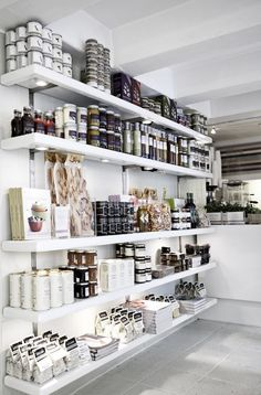 The Secret Kitchen ~ Gourmet Food Store – these open ended shelves really help t… - Home Professional Decoration Design Shop, Shop Front Design, Design Design, Design Ideas, Food Design, Visual Merchandising, Retail Shelving, Store Shelving, Gourmet Food Store
