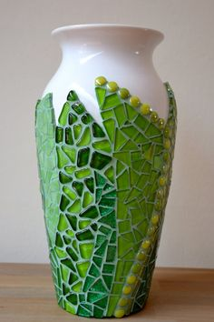 green glass tile mosaic on a white vaseVarying shades of green mosaic on vase. Who says you have to mosaic the whole thing?Green mosaic on white vase - looks like leaves - beautiful! Mimosaico on etsyvase - would go with collection of green art potte Mosaic Vase, Mosaic Flower Pots, Mosaic Tiles, Glass Tiles, Ceramic Vase, Mosaic Crafts, Mosaic Projects, Mosaic Designs, Mosaic Patterns