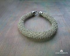 Pulsera redonda tejida en hilo de plata. EVACLEMENTE. Wire Crochet, Diy Jewelry, Projects To Try, Beaded Bracelets, Silver, Necklaces, Bangle Bracelets, Jewels, Tejidos
