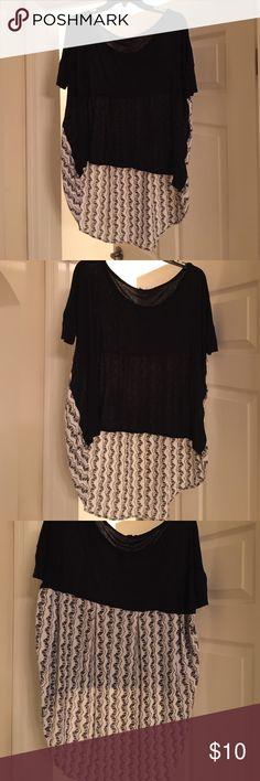LADIES BLACK N WHITE HIGH/LOW HEM TOP Very cute, pleats on back, short front long back Tops Blouses