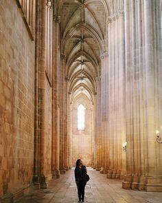 Este retrato foi feito no Mosteiro de Batalha em Portugal. Visita que valeu muito a pena. Arquitetura incrível, luz natural linda, além de oferecer um conjunto impressionante de elementos para composição fotográfica! 📸