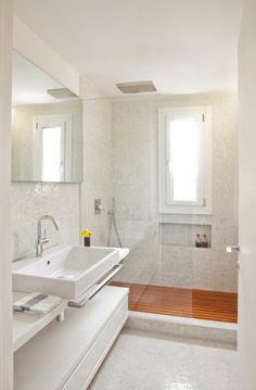 Idea piccolo bagno moderno con pavimenti e rivestimenti in mosaico bianco