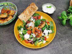 OPPSKRIFT PÅ LAVKARBO KEFTEDES - GRESKE KJØTTBOLLER MED GRESK SALAT Caprese Salad, Dessert, Food, Deserts, Essen, Postres, Meals, Yemek, Desserts