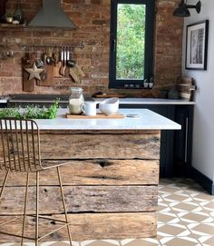 I love how the tiles lino flooring compliments the kitchen Primitive Kitchen, Rustic Kitchen, Vintage Kitchen, Kitchen Decor, Kitchen Models, Tiny House Design, Kitchen Flooring, Rustic Decor, Sweet Home