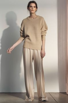 Grey Jason Wu Pre-Fall 2018 Collection Photos - Vogue Source by filledesfleurs fashion 2018 Autumn Fashion 2018, Fall Fashion Trends, Fashion News, Spring Fashion, Jason Wu, Fashion Poses, Fashion Outfits, Chic Minimalista, Long Skirt Fashion
