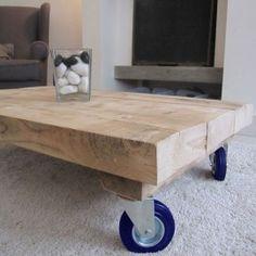Stoere houten salontafel met blauwe wielen