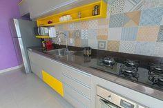 Francisco Albuquerque optou por uma parede roxa, azulejos estampados e detalhes amarelos.