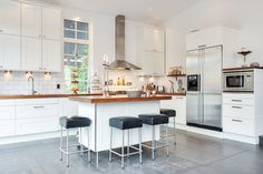 Modernt kök med mobil köksö