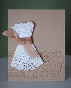Fabriquer des robes de mariées avec un napperon en papier.