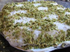 Pistachio cake recipe : ready in 30 minutes - Our Family World Fudge Recipes, Cake Recipes, Snack Recipes, Dessert Recipes, Cooking Recipes, Snacks, Beautiful Desserts, Great Desserts, Delicious Desserts