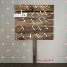 """Quem já conhece a nossa """"placa-mural""""? Você pode pendurar fotos ou mensagens que os convidados escrevem aos anfitriões, além de poder personalizar algumas das ripas com pequenas mensagens. Fica bem bacana em mini-weddings, festas infantis, chás e noivados.  #ateliebaoba #placa #mural #muraldefotos #plaquinha #plaquinjas #casamento #miniwedding #wedding #noivado #chabar #chadecozinha #chadepanela #festainfantil"""