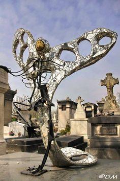 cimetiere du montparnasse : sculptrice Niki de Saint Phalle (1930-2002) qui a réalisé cet oiseau de métal, de miroirs et de mosaïques en 1998.