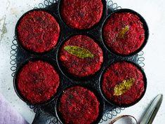 Helpot punajuuripihvit paistetaan rapeiksi pannulla. Lettupannu on tässä oiva apu. Cauliflower Tabbouleh, Mushroom Meatballs, Healthy Carrot Cakes, Granola Bars, Carrots, Grilling, Stuffed Mushrooms, Vegetarian, Beef