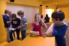 Kinderen hebben plezier op de tablet in Gemeentemuseum Den Haag Wonderkamers.
