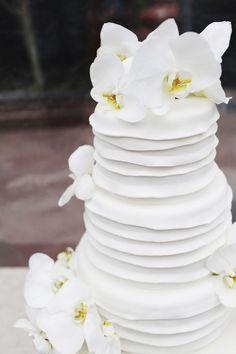 Orquídeas blancas en la torta de novios!!