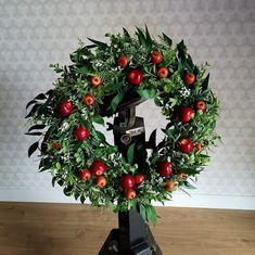 Jesienny wianek na drzwi, zielony z czerwonymi jabłkami, średnica ok. 40 cm W Hotel, Christmas Wreaths, Holiday Decor, Home Decor, Decoration Home, Room Decor, Advent Wreaths, Interior Decorating