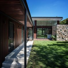 The North Warrandyte House by Brisbane Architects Alexandra Buchanan is a contemporary rural bushfire house in North Warrandyte, Melbourne. Featuring a butterfly roof, drystone walls & glazed