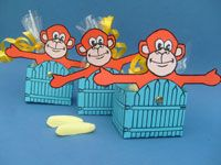 Is je kind gek op aapjes kijken? Laat het deze zomer dan eens trakteren op zwaaiende chimpansees. Bijvoorbeeld bij het afscheid van het kinderdagverblijf. Met zo'n ondeugend beestje voor de juffen en de andere kids sta je echt niet voor aap!