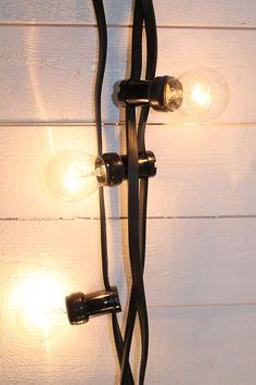 <p>Ljusslinga för utomhusbruk. En klassisk ljusslinga med vanliga glödlampor som ger ett mycket vackert intryck. E27 sockel. 7 m lång slinga med 10 lampor, 0,5 m mellan varje lampa. Från uttaget till första lampan är det 2,5 m. 10 st 15 W glödlampor medföljer i paketet. Effekt 230 V/15 W.</p>
