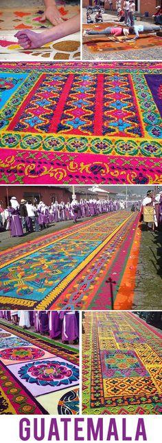 Alfombras de aserrín cubren las calles de Antigua Guatemala para las procesiones de Semana Santa