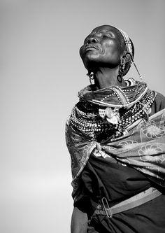 Samburu Woman Spiritual People, Woman Standing, Africa Fashion, People Of The World, Body Mods, Kenya, Black And White, Black Art, Beautiful People