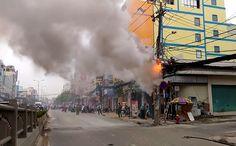 Cháy cột điện chằng chịt dây cáp ở Sài Gòn Street View