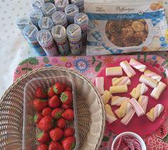 Traktatie voor kinderen: Deze spiesjes met fruit en lekkers zijn de ideale semi gezonde traktatie! Poffertje, spekje en fruit!