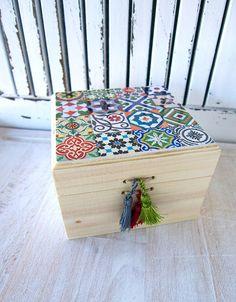 caja de madera natural con acabado en decoupage. Azulejos modernistas. de CAMALEONGOGO en Etsy