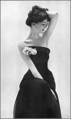 Retro Fashion Dovima, photo by Richard Avedon, Harper's Bazaar, April 1951 Fifties Fashion, Retro Fashion, Fashion Hats, Korean Fashion, Womens Fashion, Vintage Glamour, Vintage Beauty, Richard Avedon Photography, Vintage Dresses