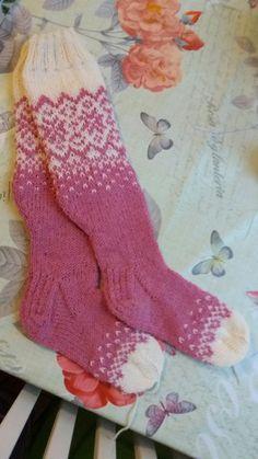 Mari Takkisen ohjeen mukaan. Jouduin  vaaleanpun langan loppumista peläten lisäämään varpaisiin valkoista.