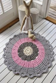The round crochet rug is a versatile craft that you can make to decorate your home or even to sell and complement your income. Crochet Mat, Crochet Rug Patterns, Crochet Carpet, Crochet Cozy, Crochet Fabric, Fabric Yarn, Crochet Designs, Crochet Doilies, Mandala Rug