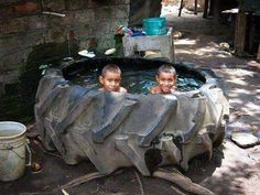 So fun! For get buying the kiddy pool, I'll just use the old tractor tire :) Weissenhäuser Strand, Piscina Diy, Ideas Paso A Paso, Tire Craft, Homemade Pools, Tractor Tire, Tyres Recycle, Recycled Tires, Reuse Recycle