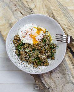 Młody bób z masłem, czosnkiem, koperkiem i jajkiem w koszulce | Karo in the Kitchen