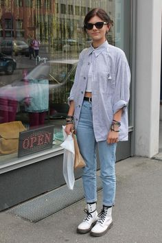Street Style Trends 2017 – Layer a white tee underneath and style with jeans and Dr. Street Style Trends 2017 - DISCOVER Layer a white tee underneath and style with jeans and Dr. Jean Outfits, Fall Outfits, Casual Outfits, Cute Outfits, White Shirt Outfits, Grunge Outfits, Dr Martens Outfit, Dr Martens Fashion, Outfits With Doc Martens