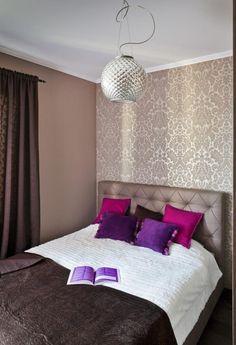 schlafzimmer ideen gestaltung farben beige braun tapete damask muster lila kissen - Schlafzimmer Tapete