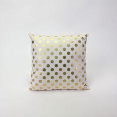 """Kissen Dalma Schönes weißes Kissen aus 100% Baumwolle mit goldenen Punkten verziert. Größe: 40 x 40 cm. Toll als Geschenk oder Dekoration für Dein Zuhause.     PS: Für die Weihnachtszeit kann das Kissen mit unserem Kissen """"let ist snow"""" in gleicher Farbe kombiniert werden."""