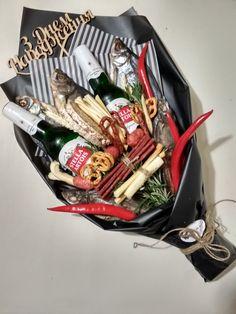 Beer Bouquet, Food Bouquet, Food Gifts, Diy Gifts, Sweet Box Design, Beer Basket, Edible Arrangements, Gift Baskets, Presents
