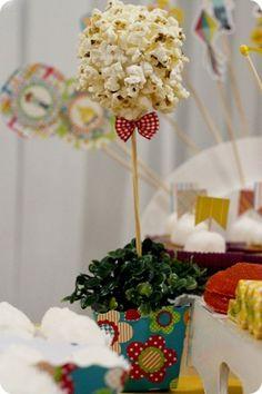 Tuty te ensina: caixinha para pipoca! Esse é o último PAP de Festa Junina/Julina que rola por aqui, e para fechar com chave de ouro, vamos ensinar a montar a caixinha de pipoca. Ela fica super fofa e pode ser usada também como cachepô, igual fizemos com nossas topiarias na festa junina da Tuty.