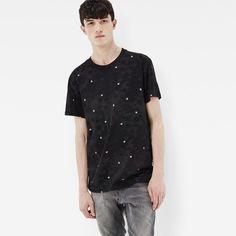 伝統的なカモフラージュ柄をG-Starらしくアレンジした丸首Tシャツ。現代風に斜めに入ったショルダーシームとクラシックなリブ仕上げの首元が特徴です。首元と肩のシームは柔らかいバインダー仕上げで補強され、着心地良く耐久性に優れています。