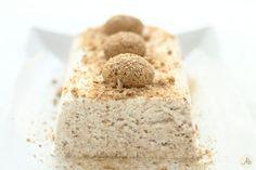 Semifreddo all'Amaretto - un dessert fresco, leggero e delizioso, che resta morbido e non ha bisogno di essere scongelato.