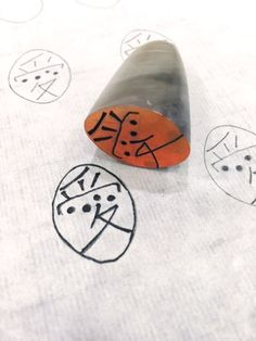 봄을 기다리며 전각을 새겼습니다.양각이 어려워서 음각만 고집한게 아닙니다.빨강이 많은게 예뻐서라고 변... Korea, China, Printmaking, Diy And Crafts, Stamp, Japanese, Logos, Design, Stamps