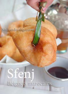 Sfenj sont des beignets marocains qu'on trouve aussi en cuisine maghrébine notamment en Algérie avec quelques différences au niveau de la recette, une pâte à la levure non sucré trop collante qu'on fait frire dans de l'huile bien chaude et on mange soit...