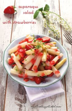 Asparagus salad with strawberries A big hooray for a salad with two royal delicacies, asparagus and strawberries. Taste the flavor of spring with this easy recipe. Side Recipes, Great Recipes, Favorite Recipes, Salad Recipes, Vegan Recipes, Food Therapy, Strawberries, Cherries, Asparagus Salad