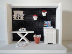 quadro cenário de lavanderia, com tecido no fundo, peças em mdf e resina