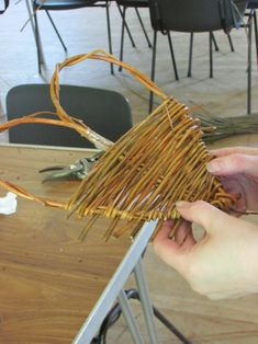 Weaving a heart Paper Basket Weaving, Willow Weaving, Weaving Art, Forest Crafts, Nature Crafts, Anniversary Ideas For Him, Willow Wreath, Diy And Crafts, Arts And Crafts