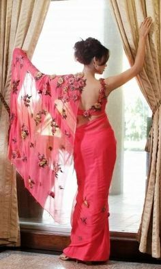 flowers blouse and sari color! just mind-blowing! Saree Blouse Patterns, Saree Blouse Designs, Indian Attire, Indian Ethnic Wear, Indian Dresses, Indian Outfits, Indian Clothes, Beauty And Fashion, Women's Beauty